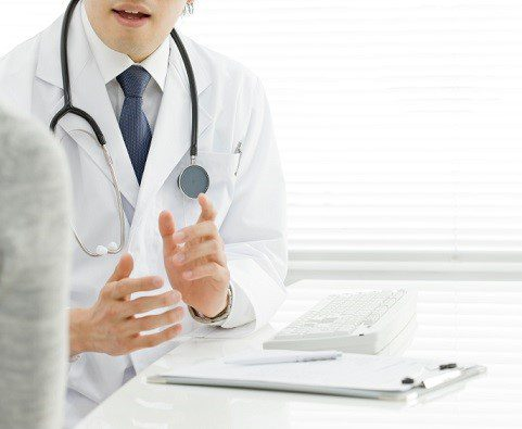 doctor explaining MAT options to patient